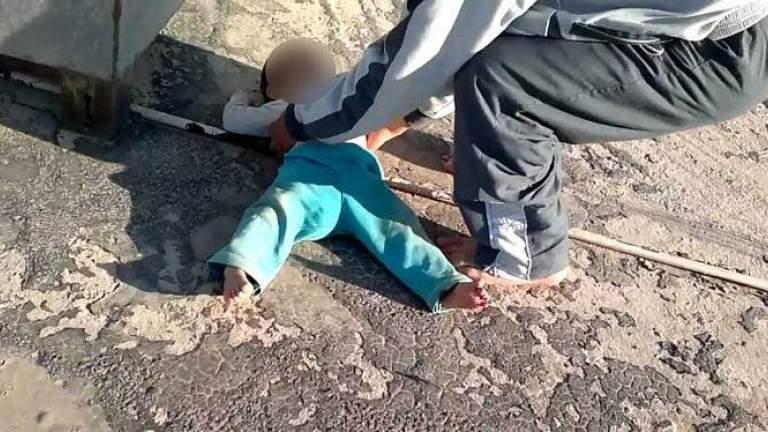 مأساة اليمة في لبنان:وفاة طفل (سنتان) بعد سقوطه من يد ابيه الناطور خلال عمله